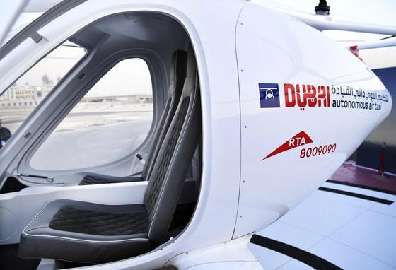 Taxi bay dau tien tren the gioi o Dubai hinh anh 8