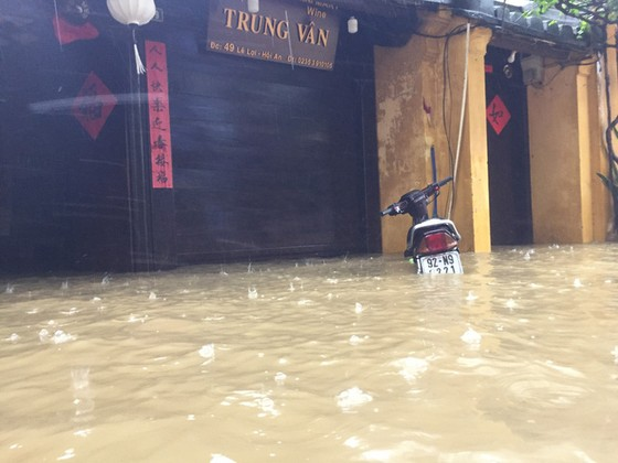 Hội An nín thở chờ nước lũ rút để xoay xở cho APEC - Ảnh 2.