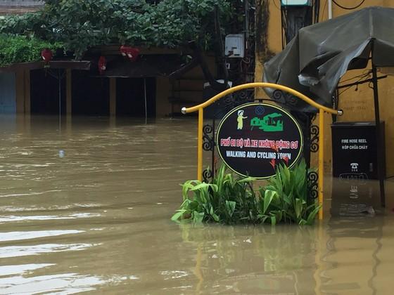 Hội An nín thở chờ nước lũ rút để xoay xở cho APEC - Ảnh 3.