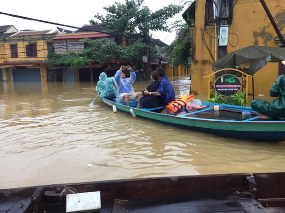 Hội An nín thở chờ nước lũ rút để xoay xở cho APEC - Ảnh 5.