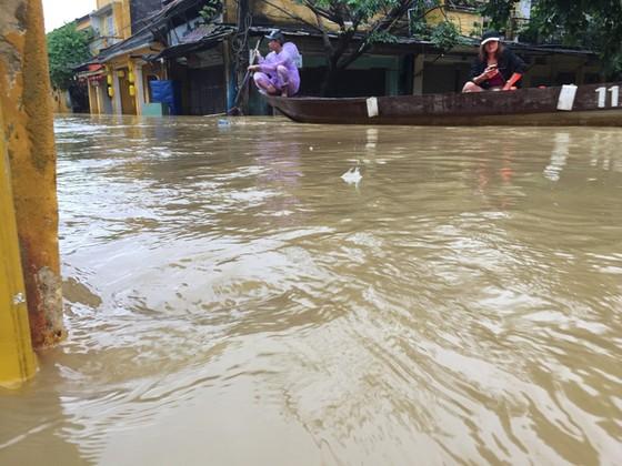 Hội An nín thở chờ nước lũ rút để xoay xở cho APEC - Ảnh 6.
