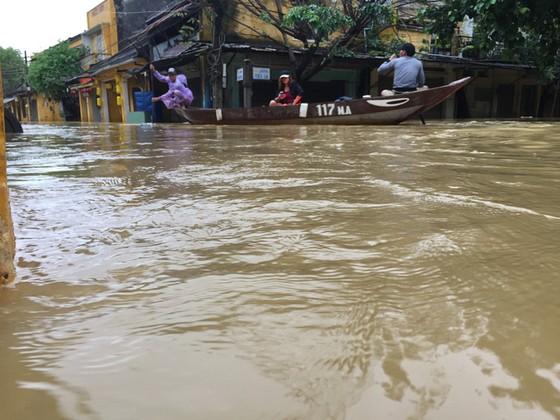 Hội An nín thở chờ nước lũ rút để xoay xở cho APEC - Ảnh 14.