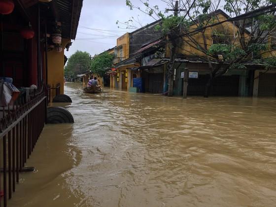 Hội An nín thở chờ nước lũ rút để xoay xở cho APEC - Ảnh 7.