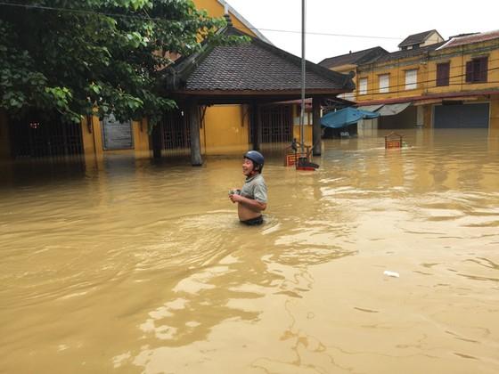 Hội An nín thở chờ nước lũ rút để xoay xở cho APEC - Ảnh 1.