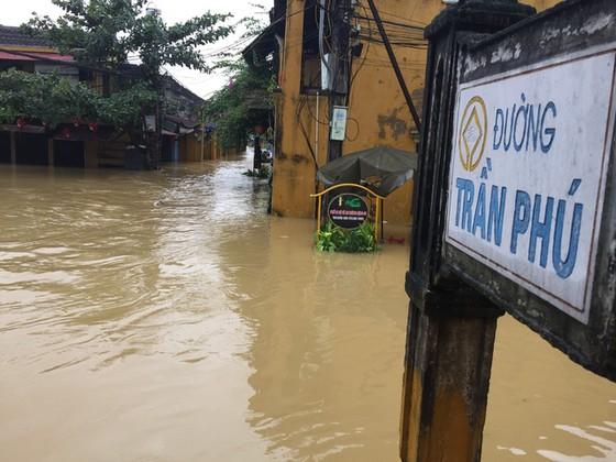 Hội An nín thở chờ nước lũ rút để xoay xở cho APEC - Ảnh 8.