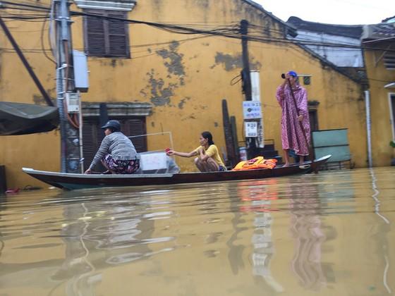 Hội An nín thở chờ nước lũ rút để xoay xở cho APEC - Ảnh 9.