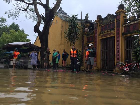 Hội An nín thở chờ nước lũ rút để xoay xở cho APEC - Ảnh 10.