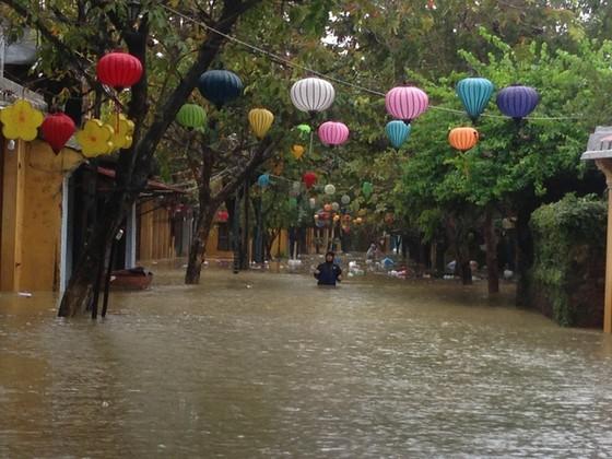 Hội An nín thở chờ nước lũ rút để xoay xở cho APEC - Ảnh 13.
