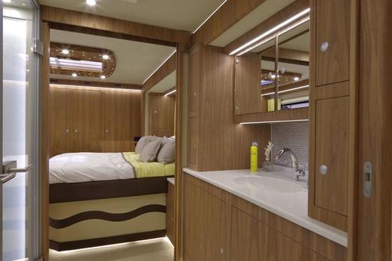 Performance S: Ô tô kiêm khách sạn 5 sao, có cả gara chứa siêu xe, trị giá 1,7 triệu USD - Ảnh 3.