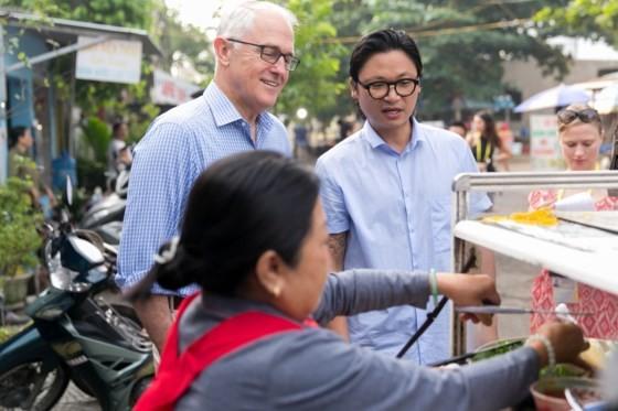 Thủ tướng ÚC ra vỉa hè Đà Nẵng mua bánh mì ăn sáng ảnh 3
