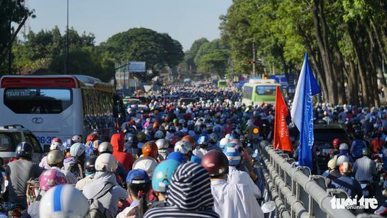 Cầu vượt Nguyễn Kiệm kẹt cứng ngày đầu thông xe - Ảnh 5.