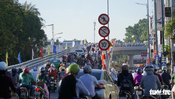 Cầu vượt Nguyễn Kiệm kẹt cứng ngày đầu thông xe - Ảnh 3.