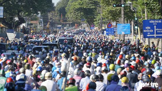 Cầu vượt Nguyễn Kiệm kẹt cứng ngày đầu thông xe - Ảnh 6.