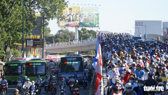 Cầu vượt Nguyễn Kiệm kẹt cứng ngày đầu thông xe - Ảnh 8.