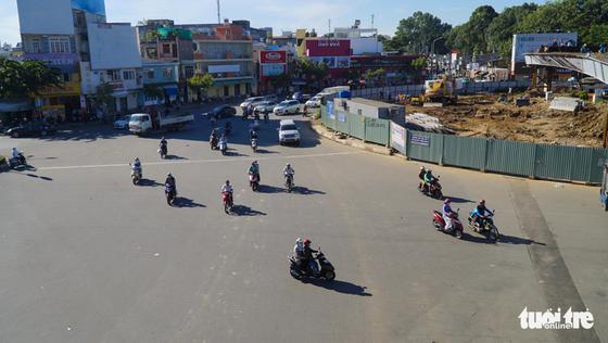 Cầu vượt Nguyễn Kiệm kẹt cứng ngày đầu thông xe - Ảnh 10.