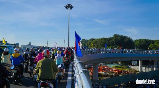 Cầu vượt Nguyễn Kiệm kẹt cứng ngày đầu thông xe - Ảnh 4.