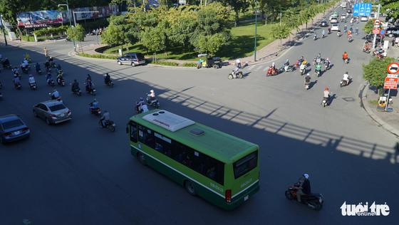 Cầu vượt Nguyễn Kiệm kẹt cứng ngày đầu thông xe - Ảnh 7.