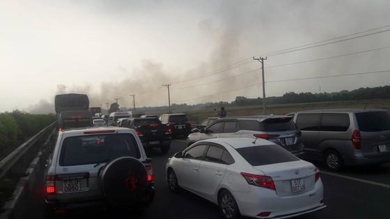 Khói mù mịt, hàng chục xe tông nhau trên cao tốc TP.HCM - Long Thành - Ảnh 4.
