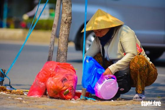 Nhọc nhằn mưu sinh dưới trời nắng như đổ lửa của Sài Gòn - Ảnh 5.