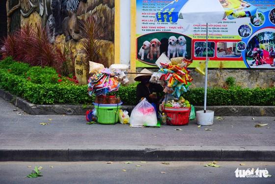 Nhọc nhằn mưu sinh dưới trời nắng như đổ lửa của Sài Gòn - Ảnh 7.