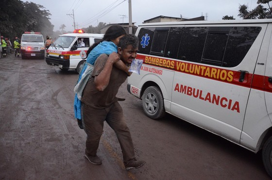 Hình ảnh tang thương khi núi lửa phun giết hàng chục người ở Guatemala - Ảnh 11.
