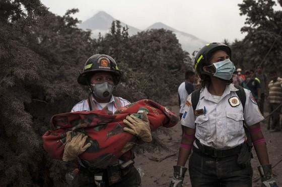 Hình ảnh tang thương khi núi lửa phun giết hàng chục người ở Guatemala - Ảnh 16.