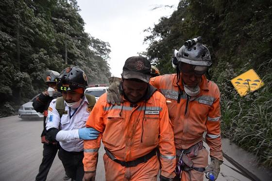 Hình ảnh tang thương khi núi lửa phun giết hàng chục người ở Guatemala - Ảnh 8.