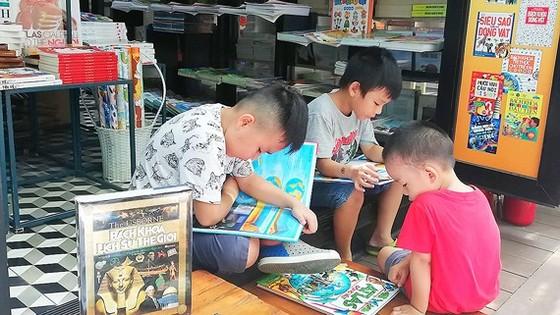 Trẻ em chọn sách tại Đường sách TPHCM