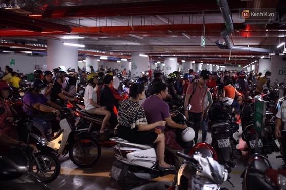 Lượng người Sài Gòn đổ về Landmark 81 ngày cuối tuần tăng đột biến, nhiều khu vực chật kín khách - Ảnh 12.