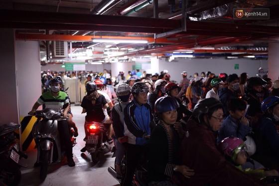 Lượng người Sài Gòn đổ về Landmark 81 ngày cuối tuần tăng đột biến, nhiều khu vực chật kín khách - Ảnh 11.