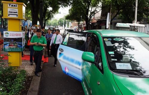 Một điểm đón taxi trên đường Nguyễn Du vừa được triển khai. Ảnh: Hữu Nguyên
