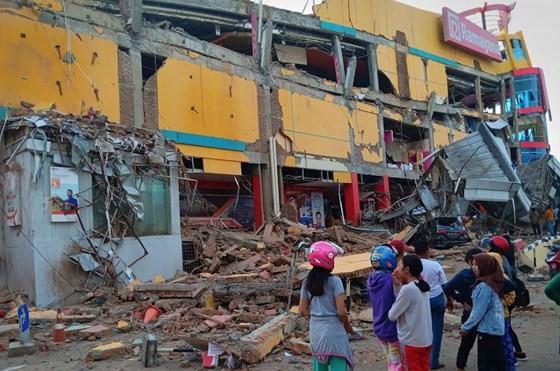 Số nạn nhân thiệt mạng do động đất và sóng thần tại Indonesia đã lên tới gần 400 người ảnh 13