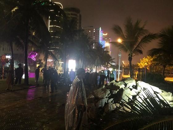 """Đà Nẵng: """"Đội"""" mưa lớn chở 50 khối đá """"cứu"""" cửa xả Mỹ An ảnh 2"""