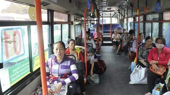 Hành khách đi xe buýt tuyến 01. Ảnh: THÀNH TRÍ