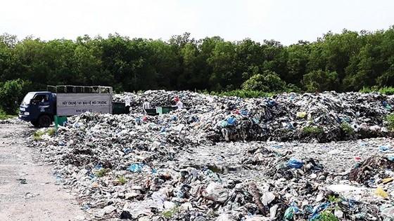 Bãi rác tạm tại thị trấn Cái Đôi Vàm nằm trong khu vực rừng phòng hộ