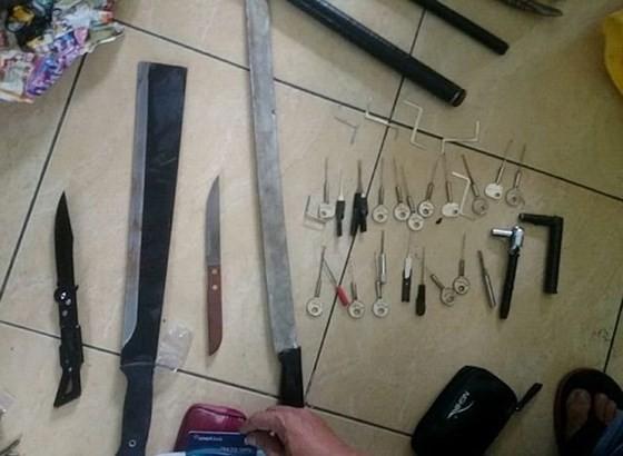 Bị truy bắt, nhóm cướp dùng mã tấu chém công an ảnh 2