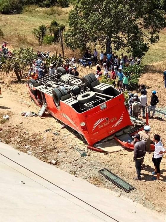 Xe chở khách du lịch Hàn Quốc lao xuống vực sâu, nhiều người bị thương nặng ảnh 1