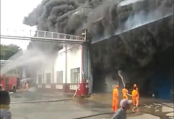 Lực lượng chức năng tích cực phun nước dập lửa tại hiện trường