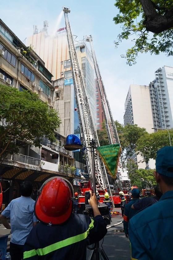 Đang cháy lớn tại Hàng Dương Quán quận 1, nhiều người bỏ chạy ảnh 10