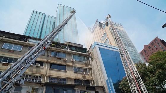 Đang cháy lớn tại Hàng Dương Quán quận 1, nhiều người bỏ chạy ảnh 16