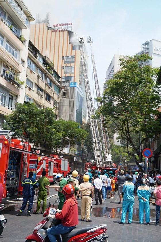 Đang cháy lớn tại Hàng Dương Quán quận 1, nhiều người bỏ chạy ảnh 1