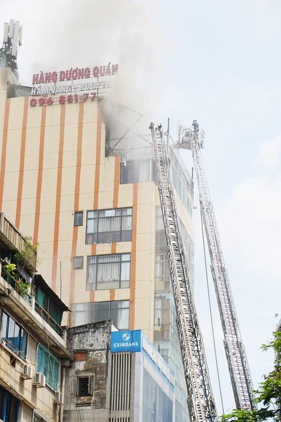 Đang cháy lớn tại Hàng Dương Quán quận 1, nhiều người bỏ chạy ảnh 2
