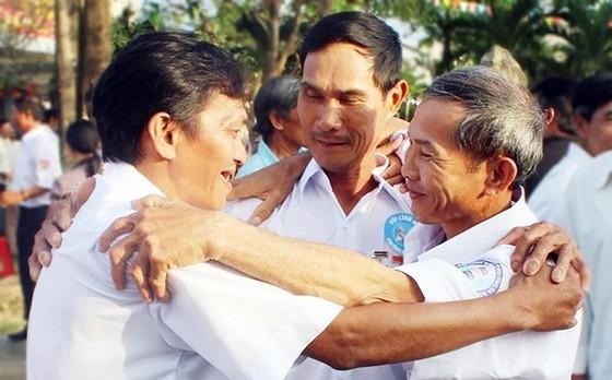 Cựu binh Gạc Ma ôm nhau thắm thiết ngày gặp lại. Ảnh: NGỌC OAI