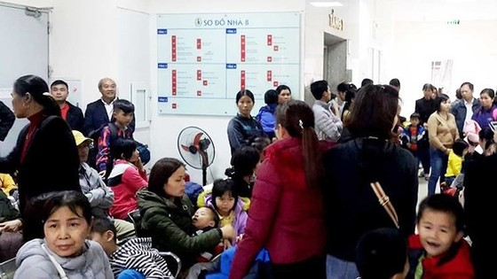 Nhiều trẻ nhỏ ở Thuận Thành, Bắc Ninh được gia đình đưa tới BV Bệnh Nhiệt đới trung ương đẻ xét nghiệm sán heo