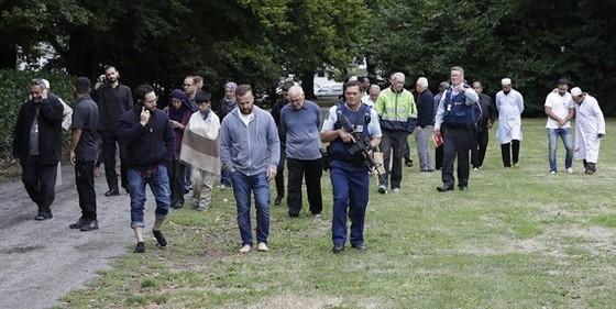 Cảnh sát đưa mọi người rời nhà thờ bị tấn công khủng bố ở TP Christchurch, New Zealand, ngày 15-3-2019. Ảnh: AP