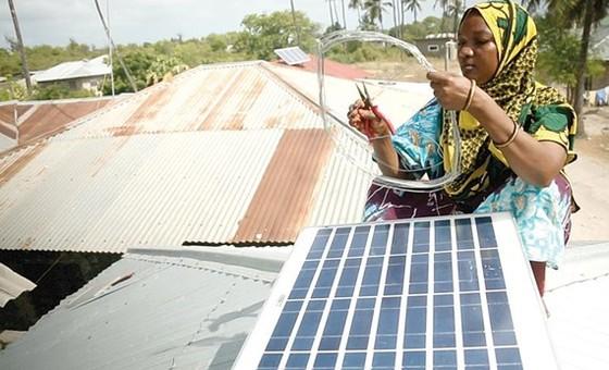 Phụ nữ Tanzania được đào tạo thành kỹ sư năng lượng