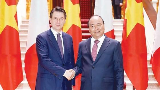 Thủ tướng Nguyễn Xuân Phúc đón Thủ tướng Italy Giuseppe Conte sang thăm chính thức Việt Nam. Ảnh VIẾT CHUNG