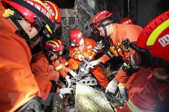 Lực lượng cứu hộ tìm kiếm các nạn nhân mắc kẹt trong trận động đất ở Nghi Tân, tỉnh Tứ Xuyên, Trung Quốc. Ảnh: THX/TTXVN