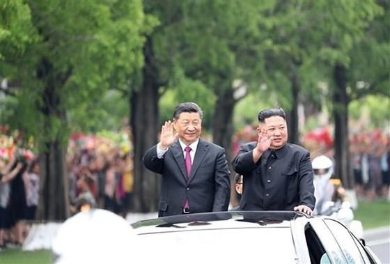 Chủ tịch Trung Quốc Tập Cận Bình và nhà lãnh đạo Triều Tiên Kim Jong-un. Ảnh: THX/TTXVN