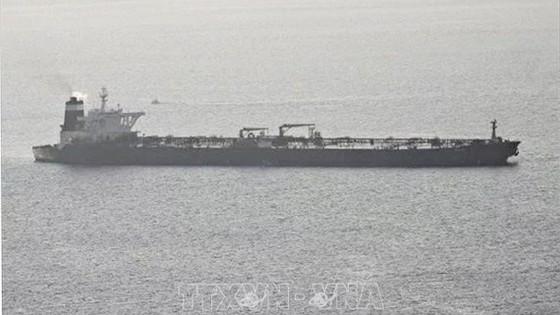Tàu chở dầu bị nghi vi phạm các lệnh trừng phạt của EU bị bắt giữ trên vùng biển ngoài khơi Gibraltar ngày 4-7-2019. Ảnh: The Irish Sun/TTXVN